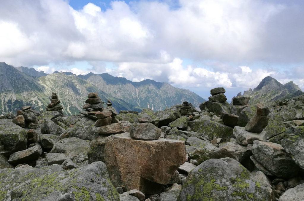 Wieżyczki ustawiane przez turystów na skalnym tarasie