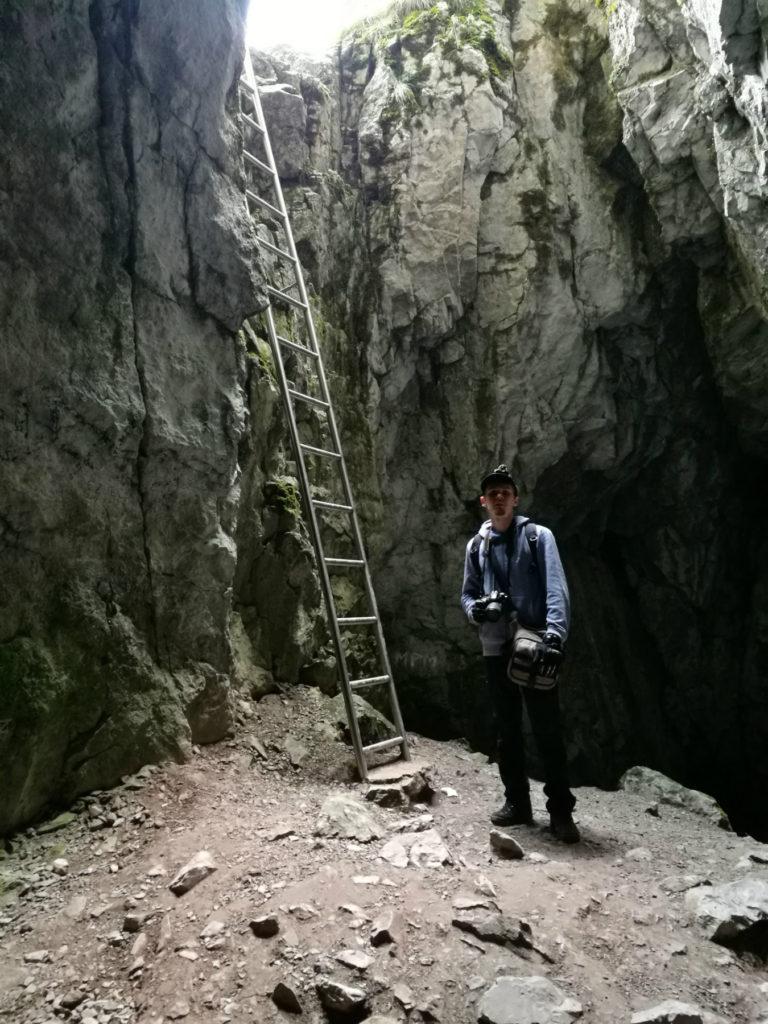 Jaskinia Raptawicka - drabina prowadząca do otworu wejściowego