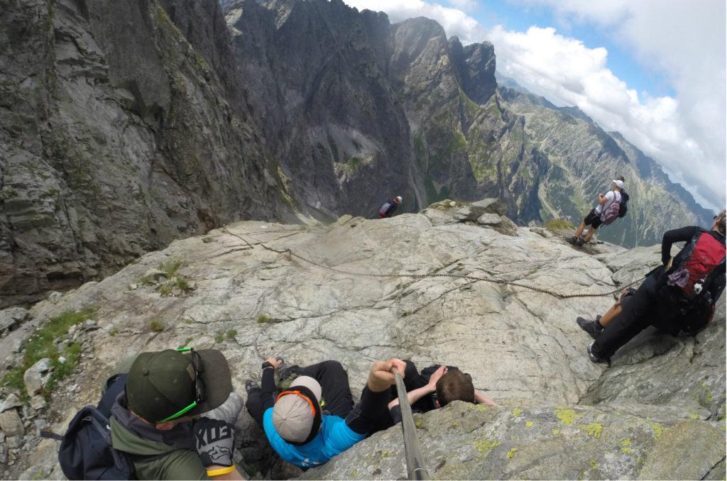 Odpoczynek na skalnej półce - widok w kierunku Kotła pod Rysami