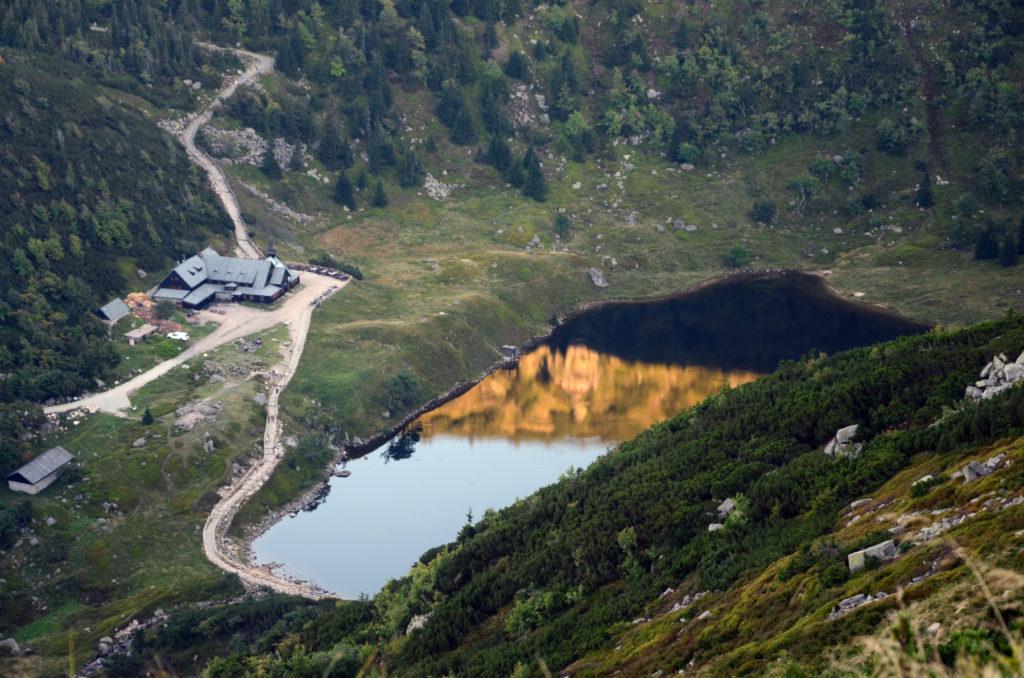 Schronisko Samotnia widziane z Głównego Szlaku Sudeckiego