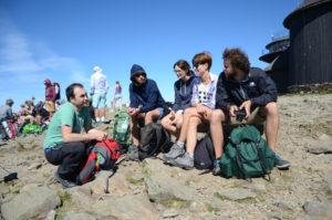 Tłumy turystów na szczycie Śnieżki