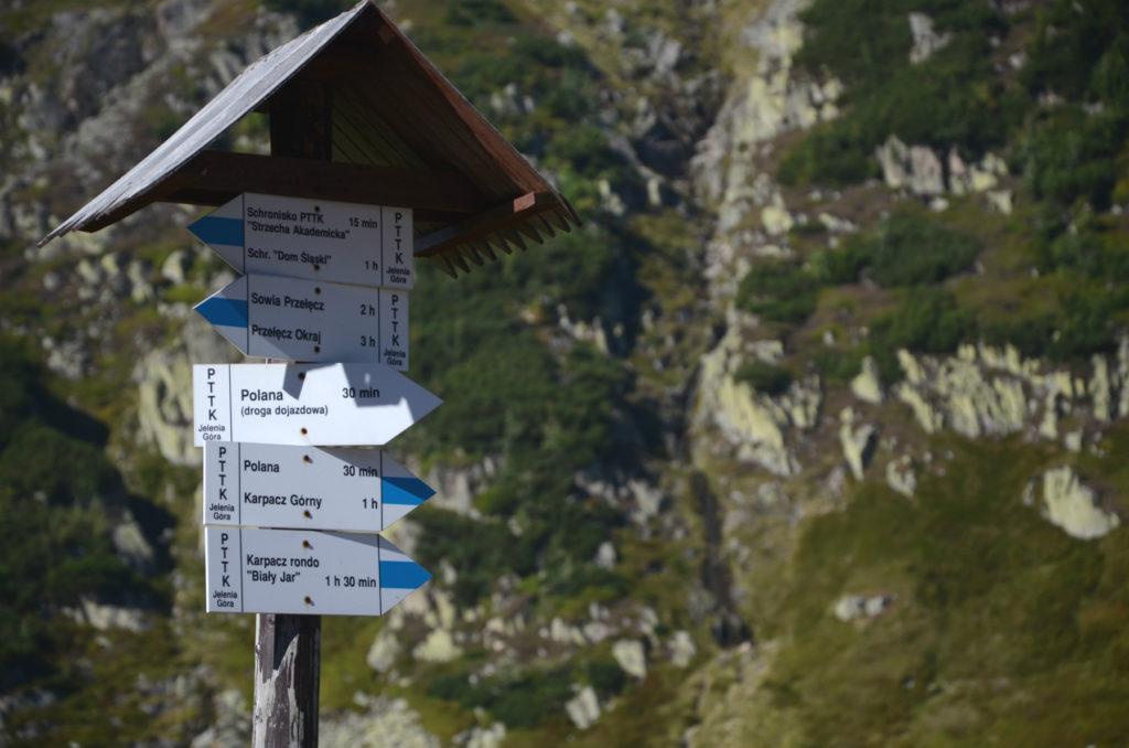 Szlakowskaz na niebieskim szlaku przy schronisku Samotnia