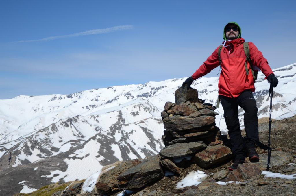 Widok na ośnieżone szczyty Sierra Nevada