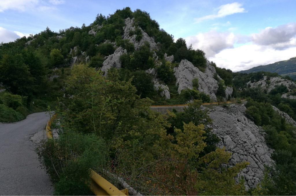 Czarnogora - droga P19 wśród wapiennych pagórków