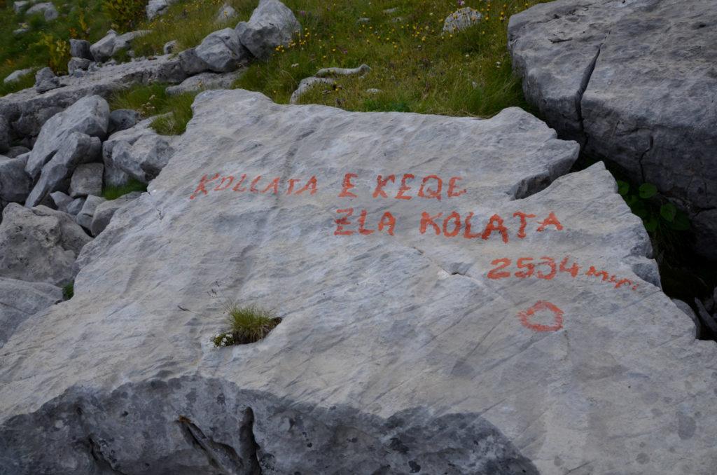 Przełęcz między Kolatami - oznakowanie na kamieniu