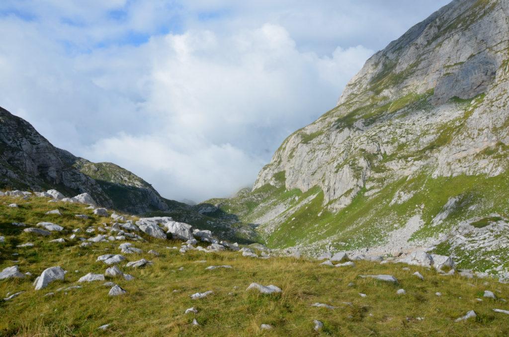 Zla Kolata - polana pod szczytem w stronę chaty pasterskiej
