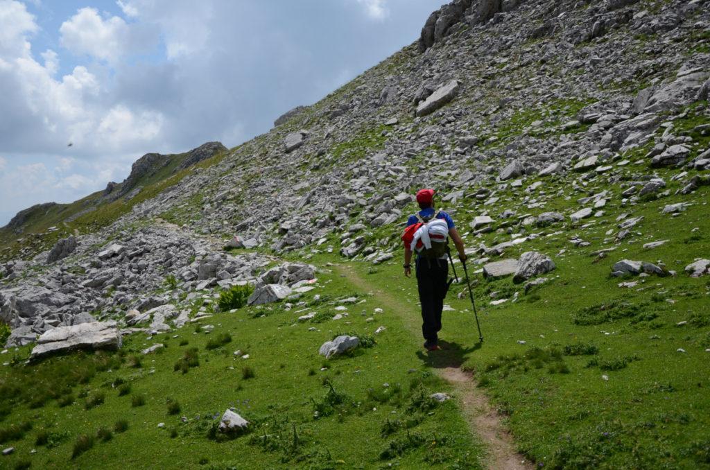 Szlak wsród wapiennych kamieni w drodze na Korab