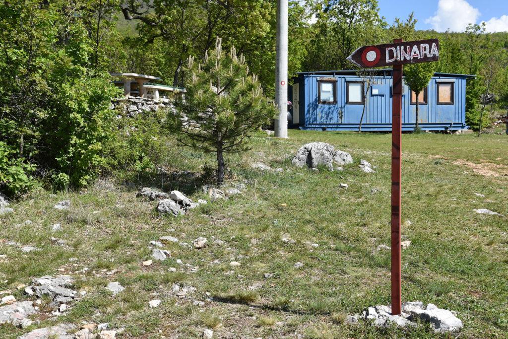 Dinara - początek szlaku, w tle Schron Glavaš