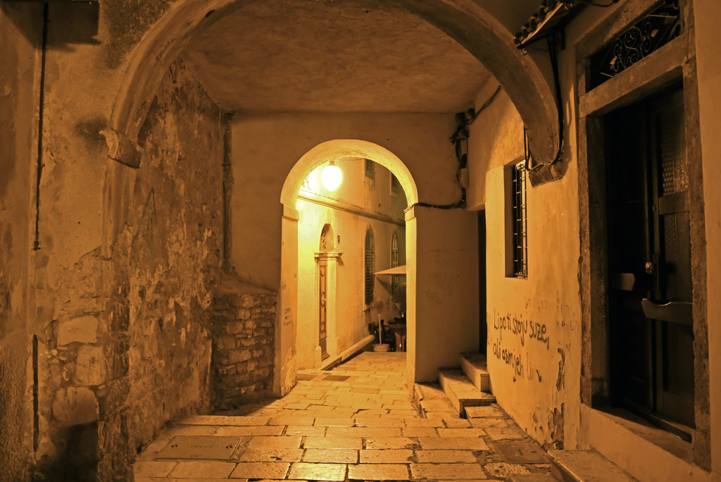 Szybenik - uliczka nocą