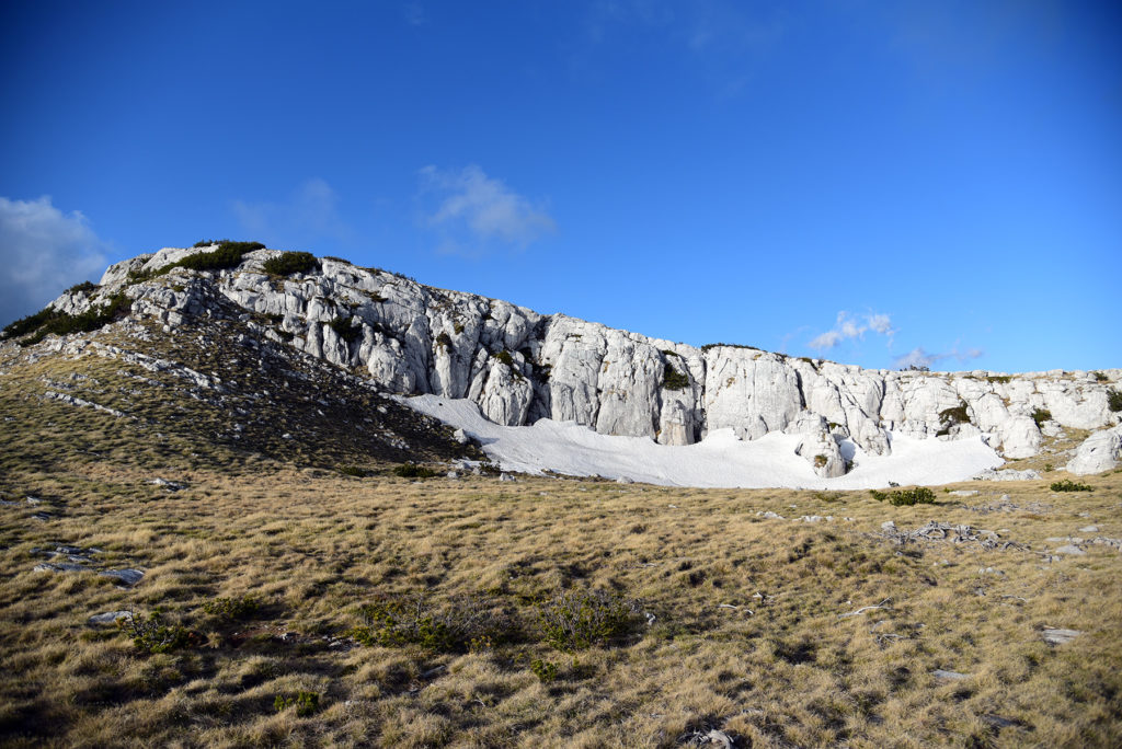 Vrh Dinare - śnieg w cieniu wapiennych skał