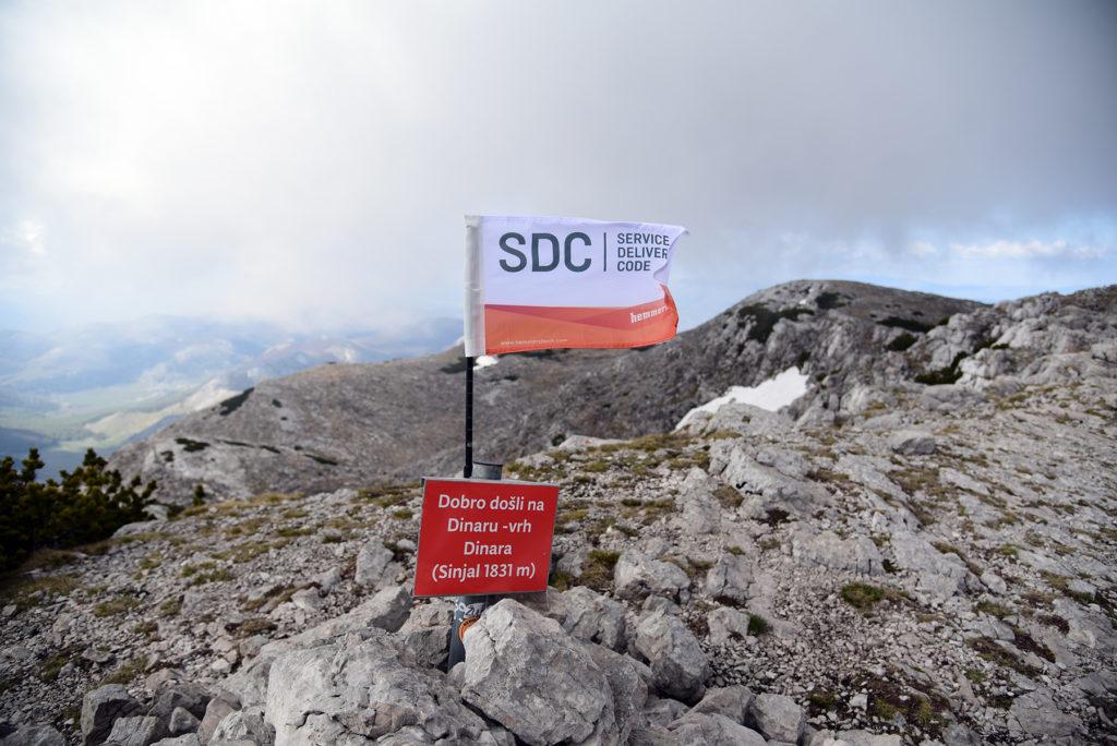 Vrh Dinare - z flagą działu SDC firmy Hemmersbach