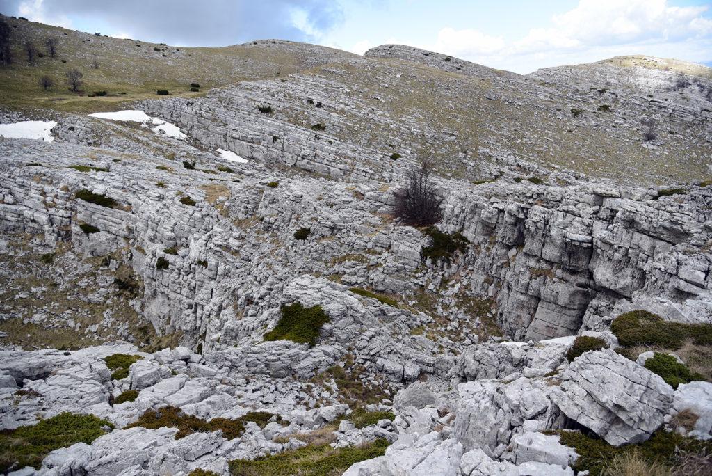 Panorama skalnego szlaku w stronę szczytu Vrh Dinare