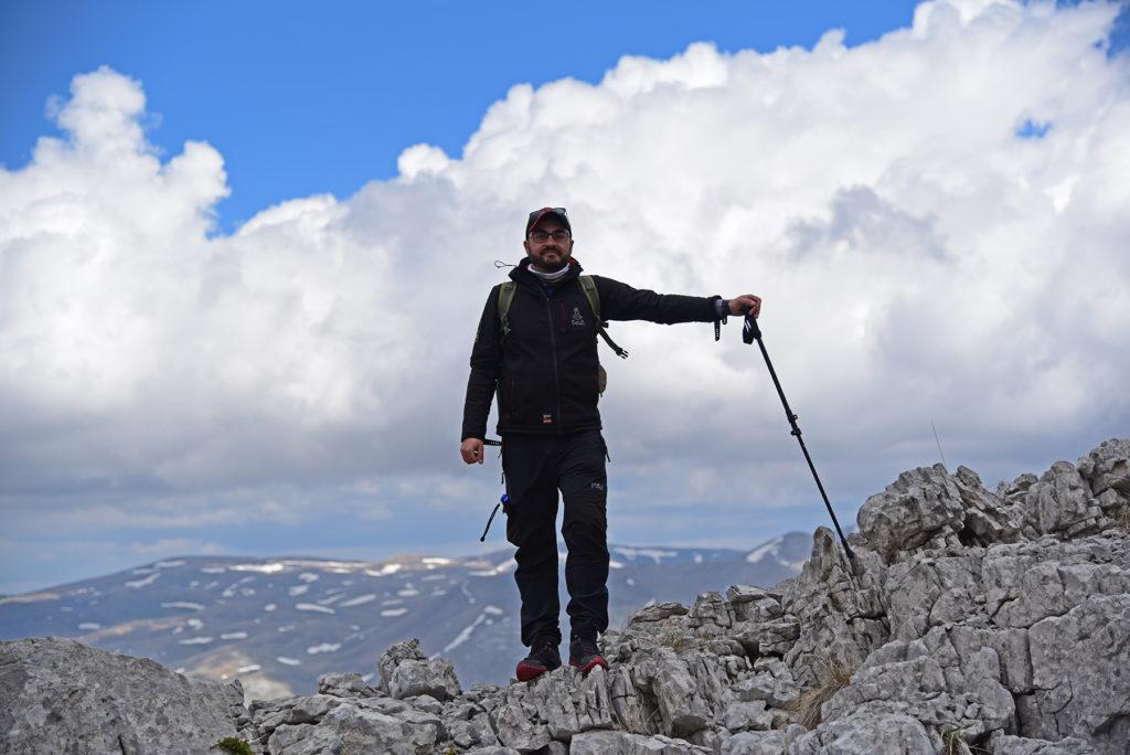 Vrh Dinare - na skalnym szlaku z chmurami w tle