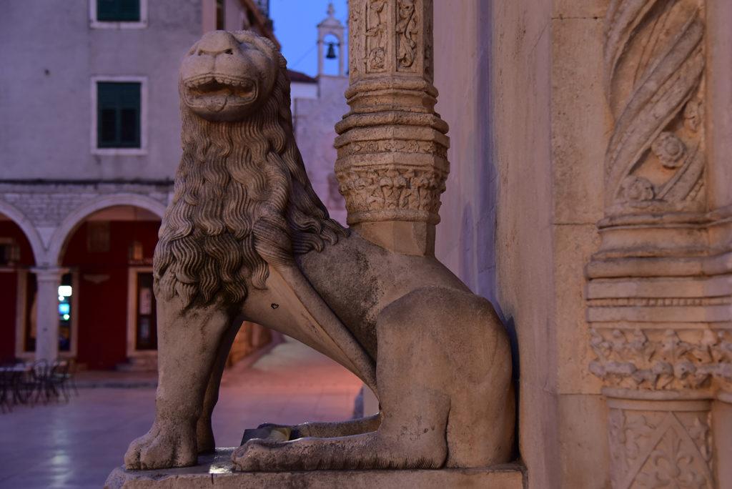Katedra w Szybeniku - portal boczny - lew lewy