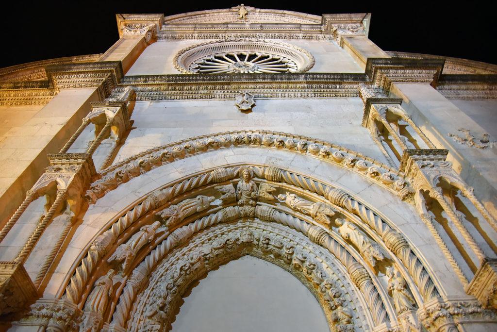Katedra w Szybeniku - portal nad wejściem głównym nocą