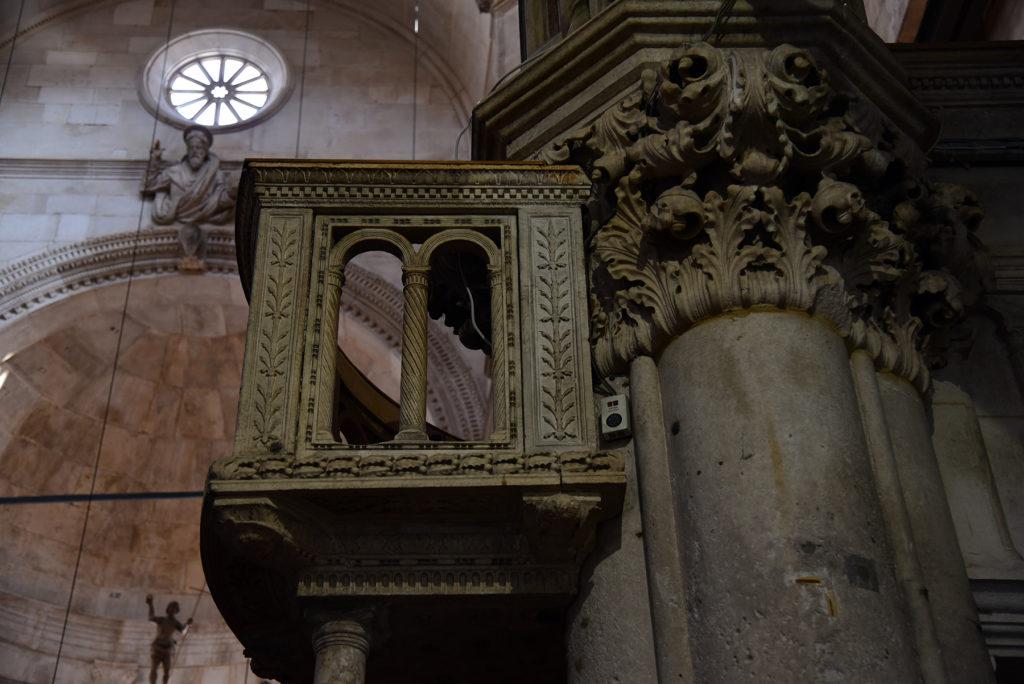 Katedra w Szybeniku - wnętrze - balustrada w prezbiterium