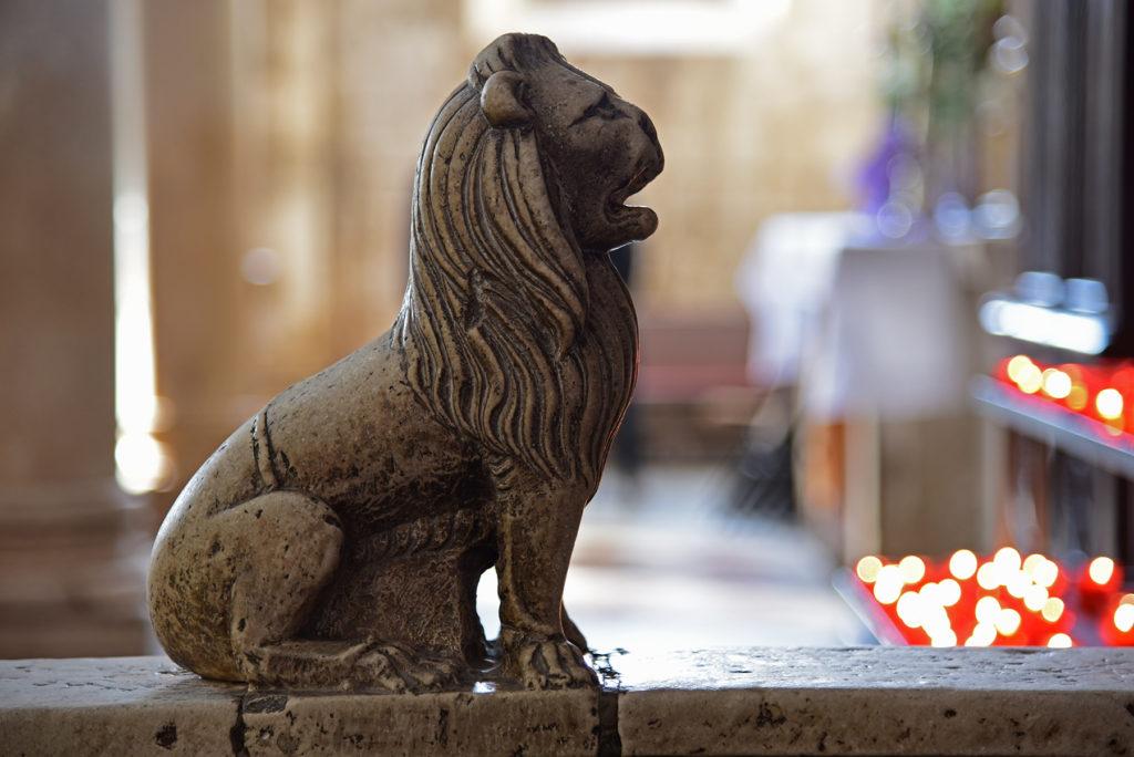 Katedra w Szybeniku - wnętrze - lew na balustradzie