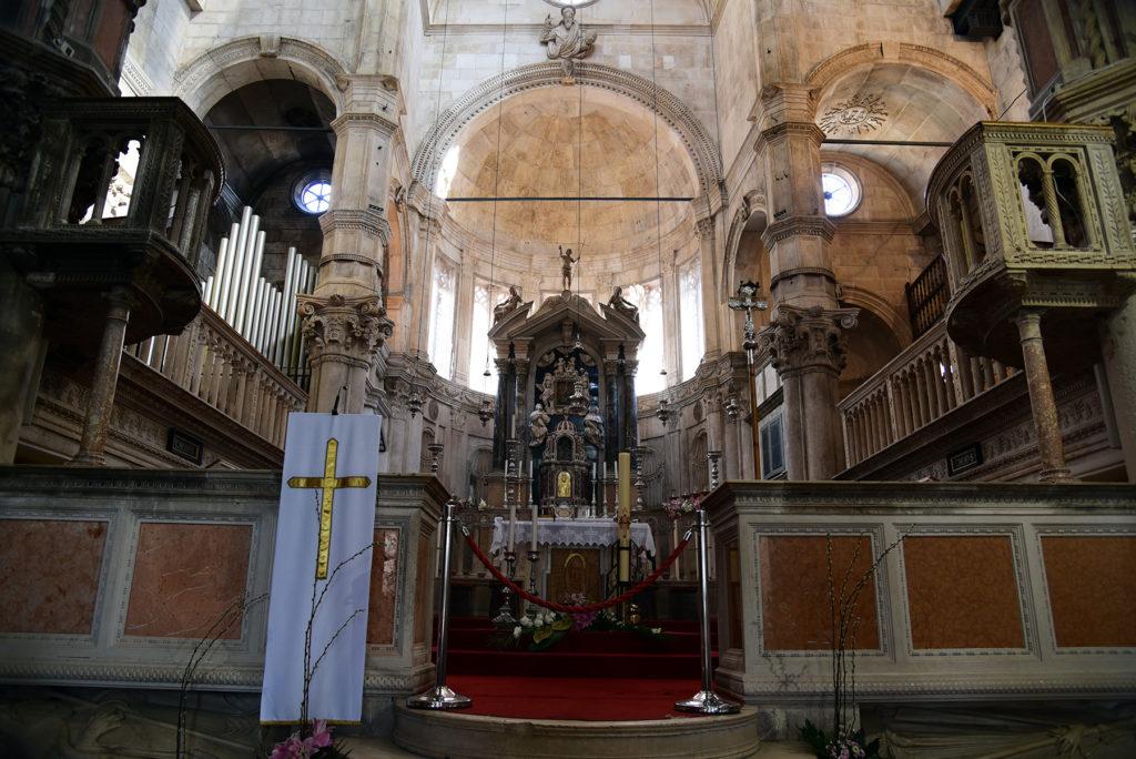 Katedra w Szybeniku - wnętrze - ołtarz główny