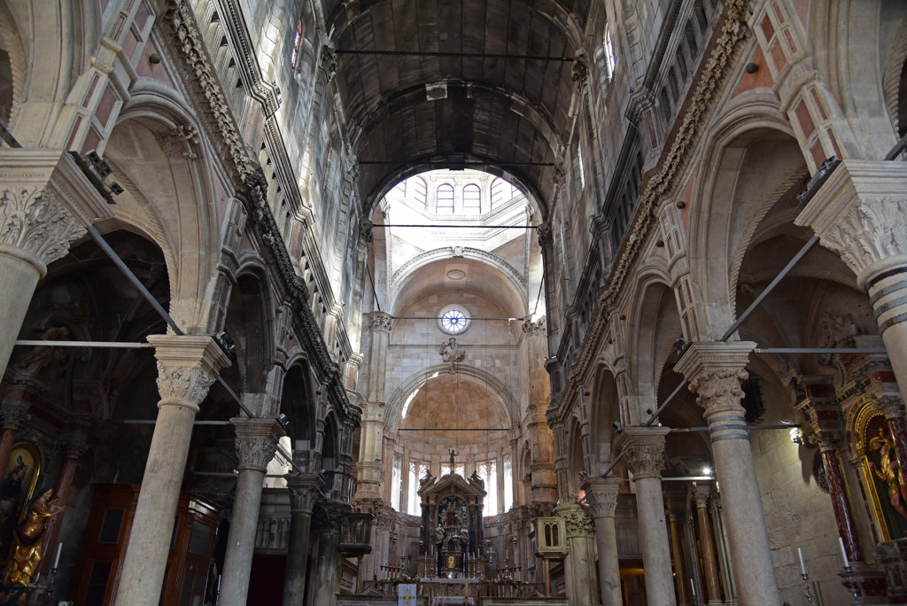 Katedra w Szybeniku - wnętrze - widok na nawę główną