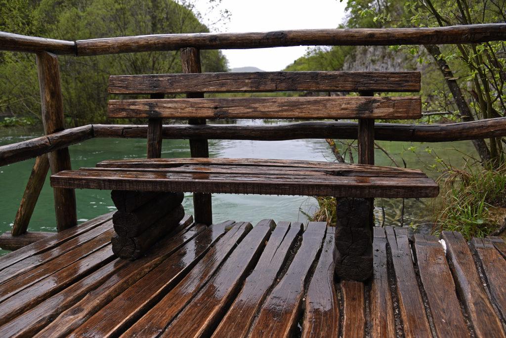 Plitwickie Jeziora - ławeczka przy szlaku