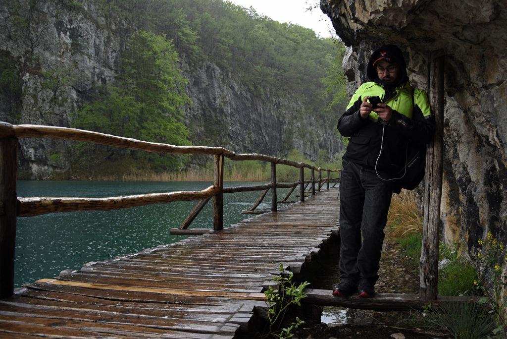 Plitwickie Jeziora - kryjówka przed deszczem pod skałą