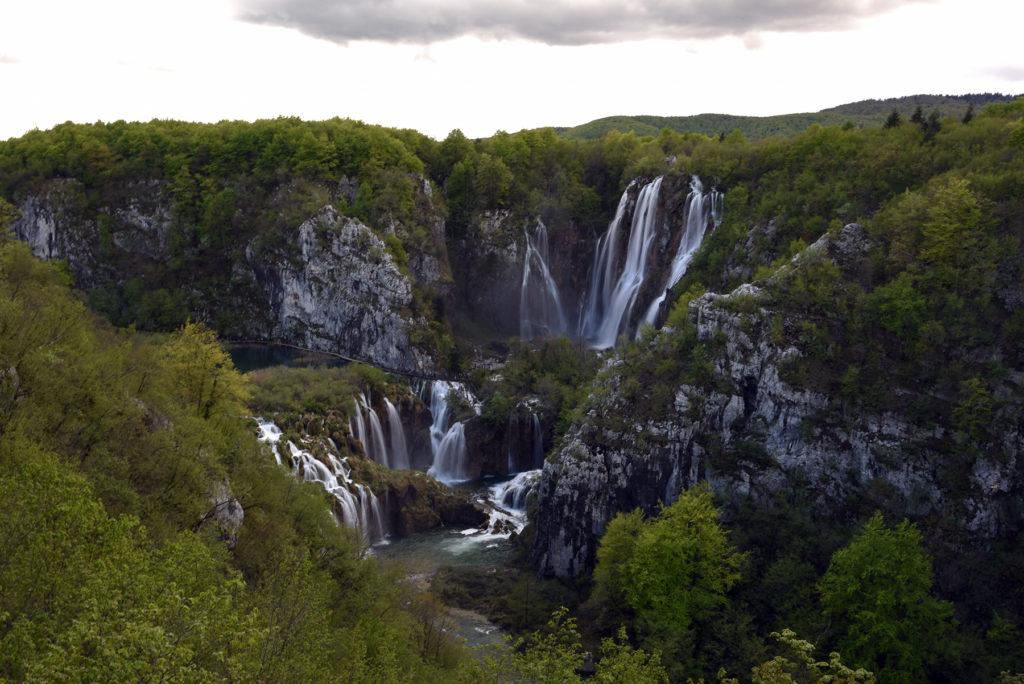 Plitwickie Jeziora - wodospady widziane z wejścia pierwszego