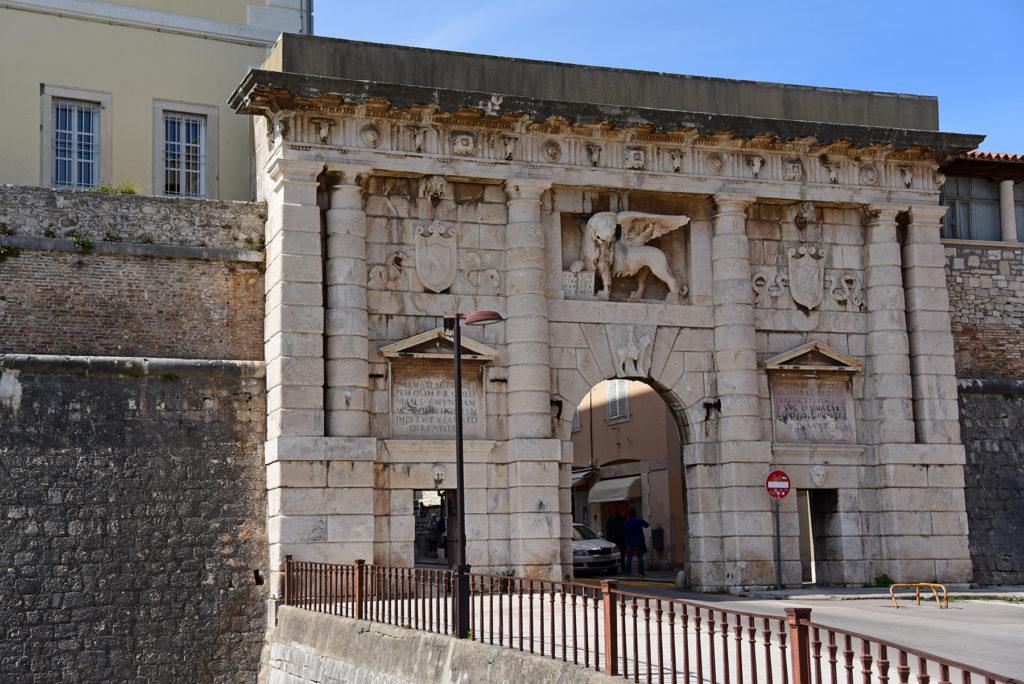 Zadar - mury obronne - Brama Lądowa widok z mariny