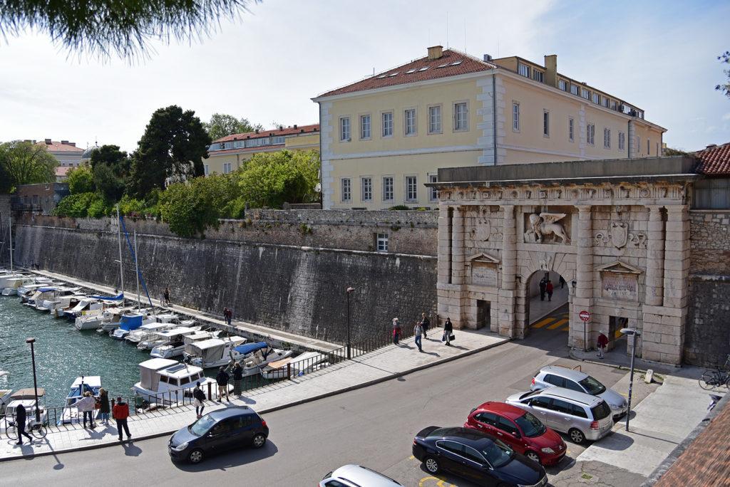 Zadar - mury obronne - Brama Lądowa - widok z ogrodów
