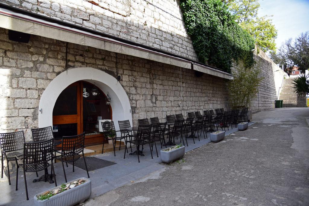 Zadar - mury obronne - restauracja w murze