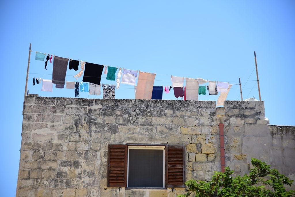 Mdina - Plac Mosquita - pranie na tarasie
