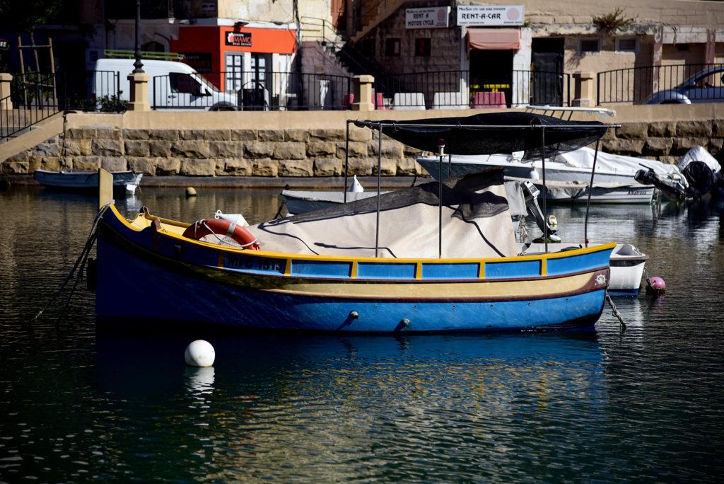 Spinola Bay - malowana łódka