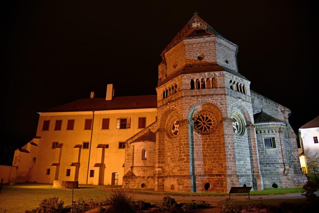 Bazylika św. Prokopa od strony ogrodów nocą
