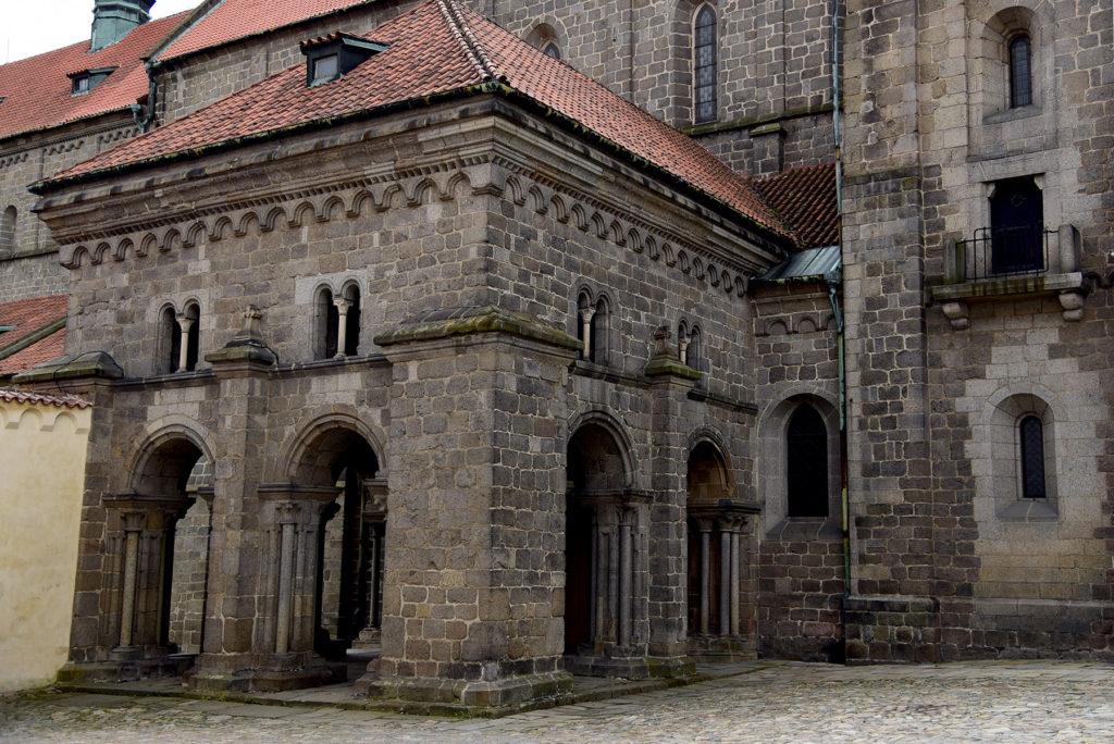 Třebíč - Bazylika św. Prokopa - przedsionek skrywający romański portal