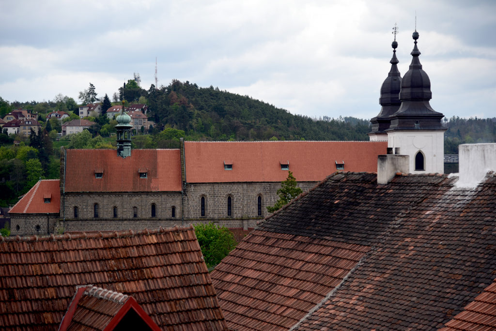 Třebíč - Bazylika św. Prokopa - widok ponad dachami domów przy ulicy Hanělova