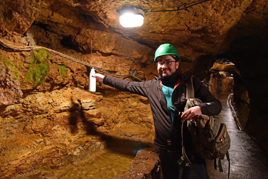 Kopalnia Srebra - Łukasz nabiera wody mineralnej