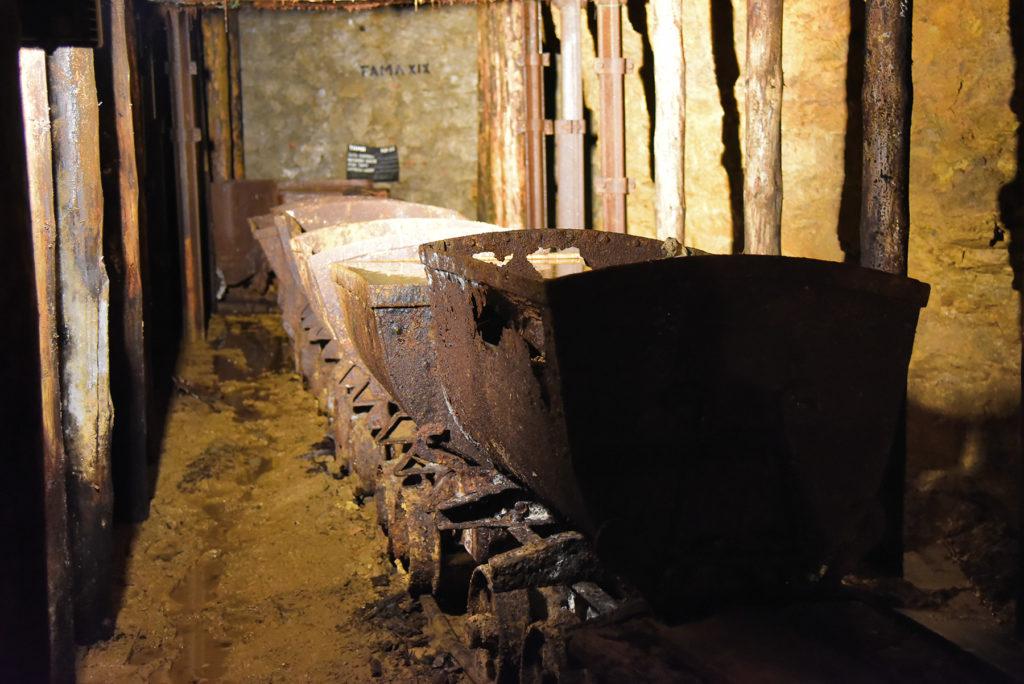 Kopalnia Srebra - wózki na rudę przy komorze niskiej