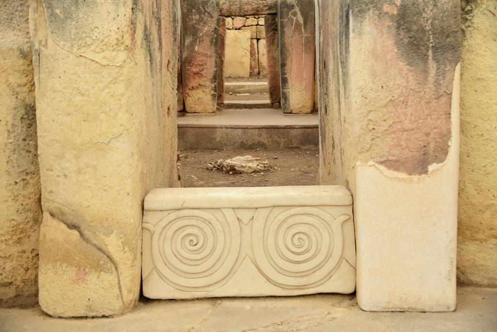 Kolejne wejścia do świątyń i ozdobny kamień z motywem spirali