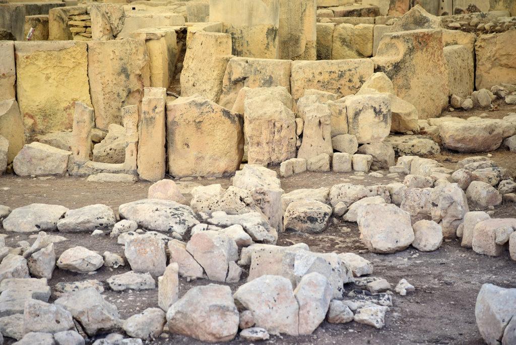 Megalityczne świątynie widoczne z podestu dla pieszych