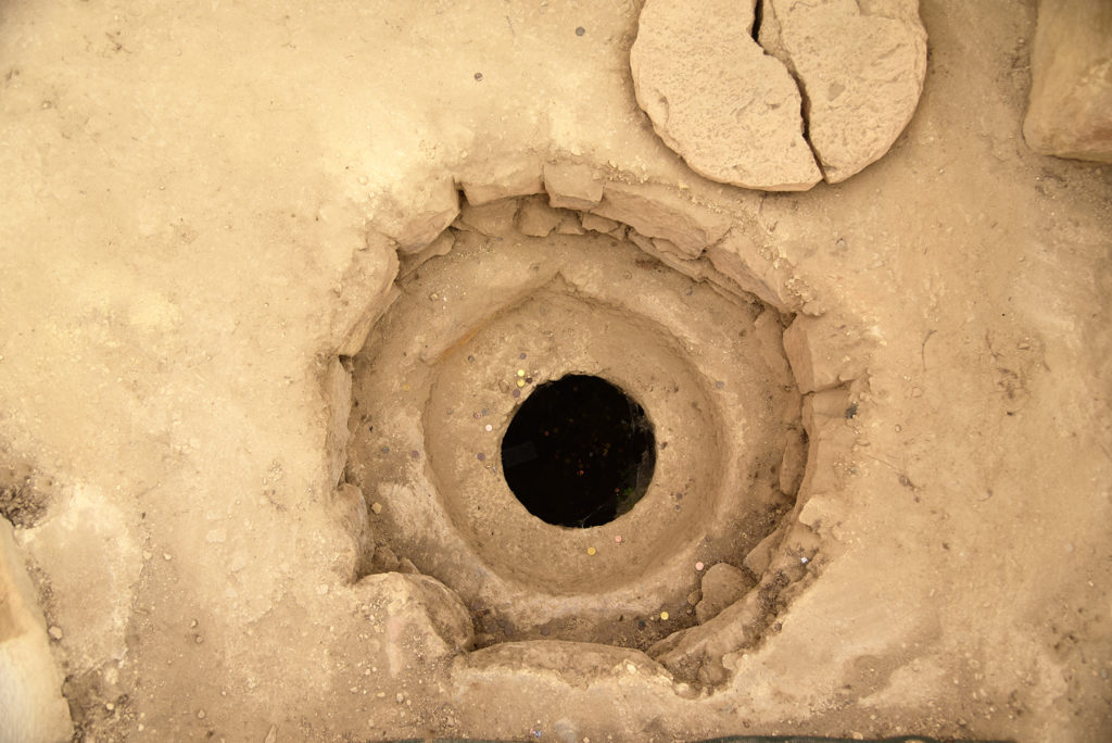 Studnia lub pojemnik na ziarno z pokrywką