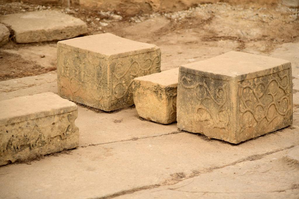 Zdobienia bloków skalnych - po lewej stronie motyw zwierzęcy