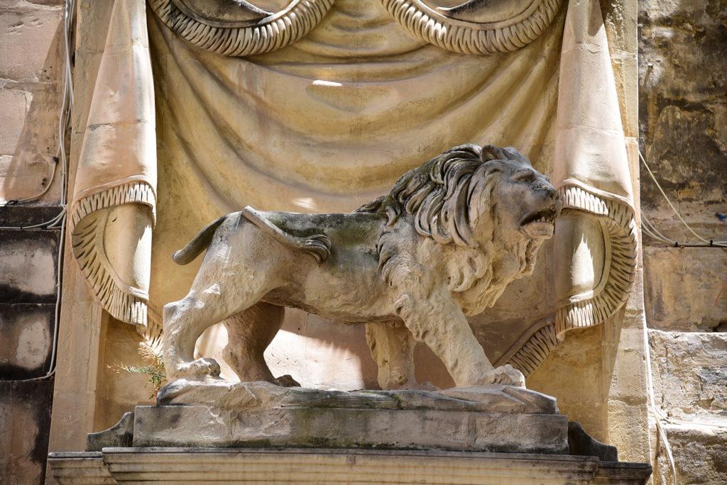 Katedra św. Jana - fontanna z lwem