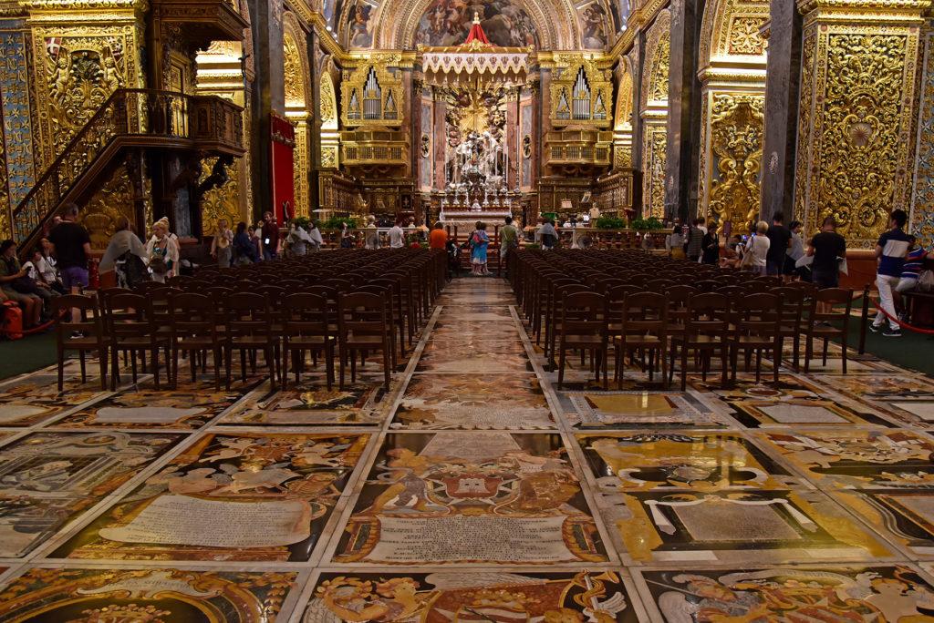 Katedra św. Jana - płyty nagrobne wkomponowane w posadzkę