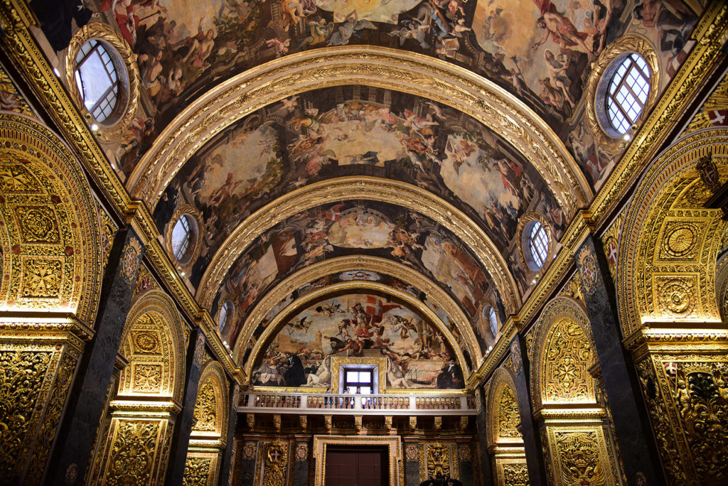 Katedra św. Jana - sklepienie widoczne spod ołtarza