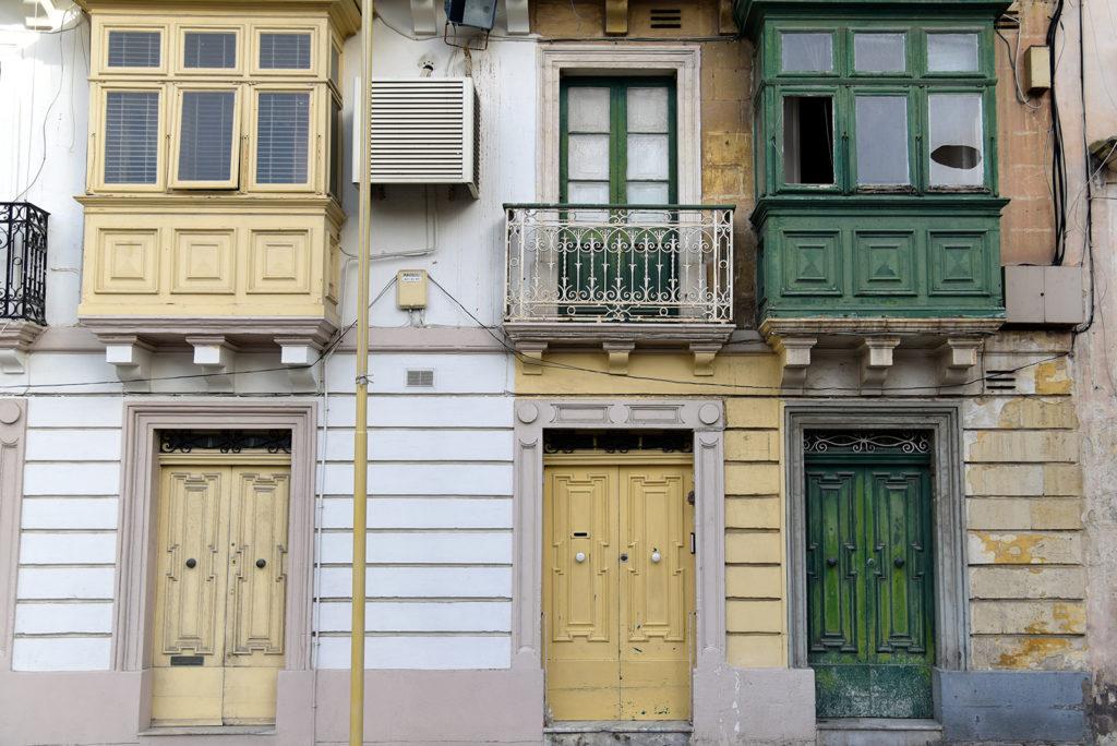 Valletta - dekoracyjne balkony i drzwi