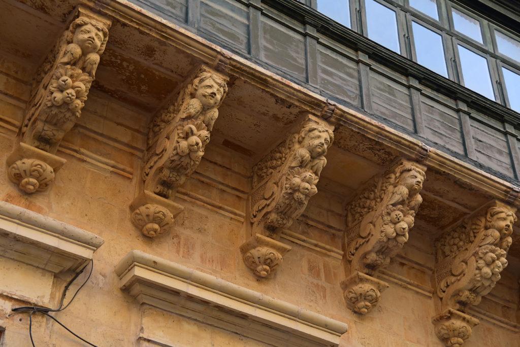 Valletta - dekoracyjne zastrzały podtrzymujące zabudowany balkon w Pałacu