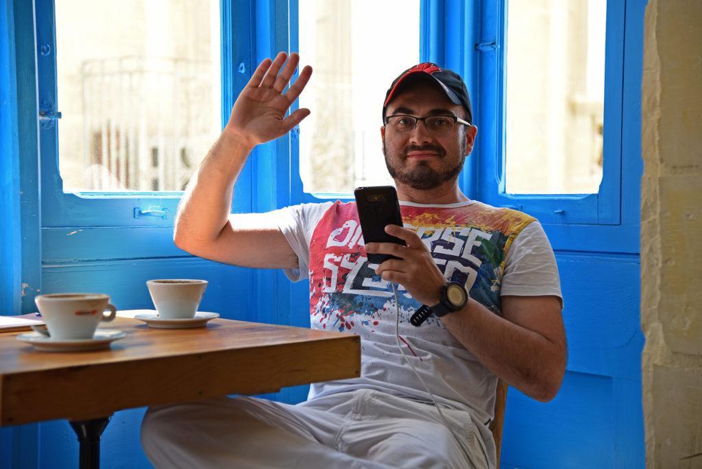 Valletta - kawiarnia Corner - niebieski balkonik wewnątrz