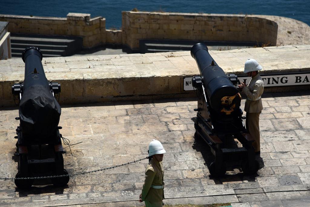 Valletta - przygotowanie do wystrzału z armaty baterii powitalnej