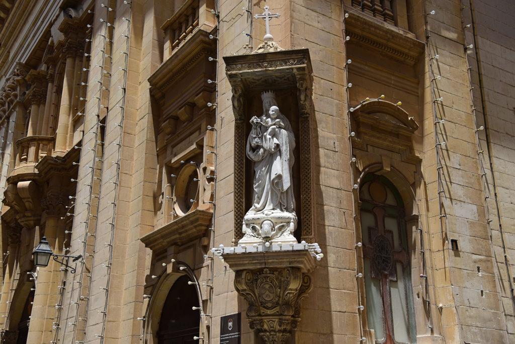 Valletta - rzeźba na rogu kościoła Matki Bożej z Góry Karmel
