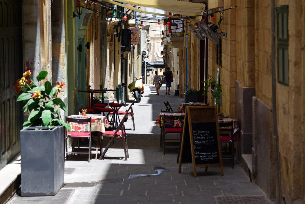Valletta - uliczka z kawiarniami