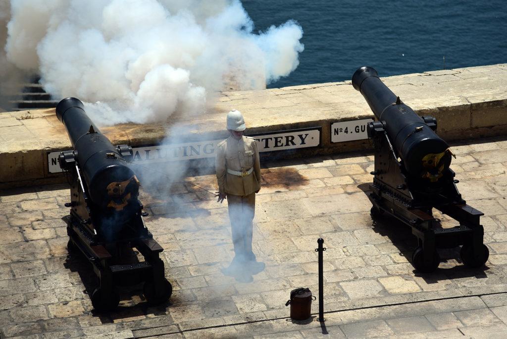 Valletta - wystrzał z armaty baterii powitalnej